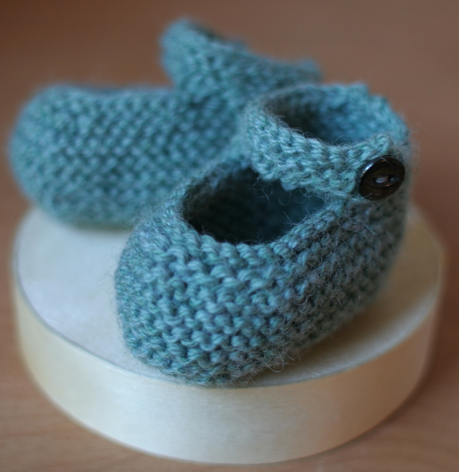 Free Easy Baby Booties Knitting Pattern : DIY Knit Baby Bootie Gift Domesticspace