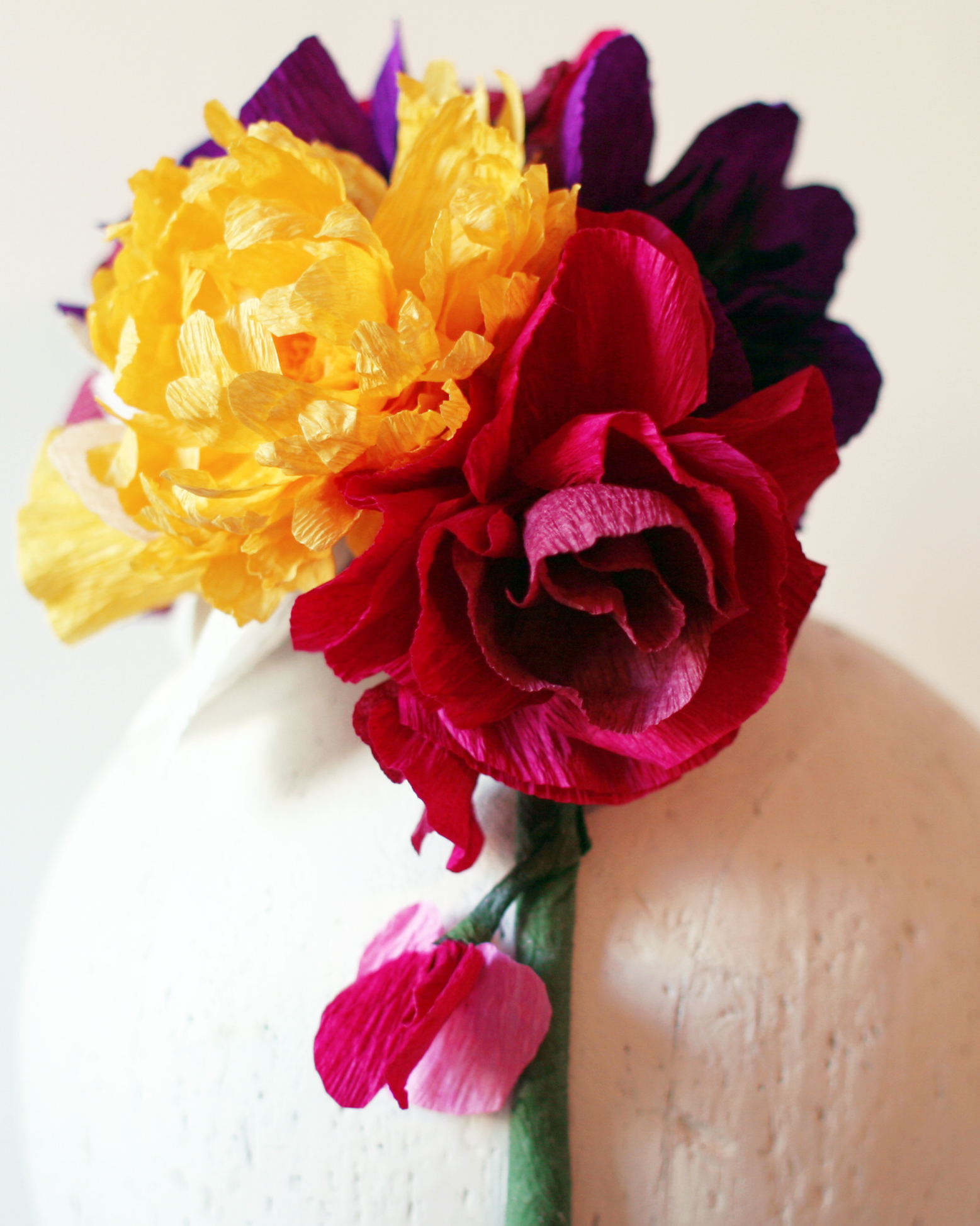 Diy crepe paper flower hat domesticspace for Crepe paper wall flowers